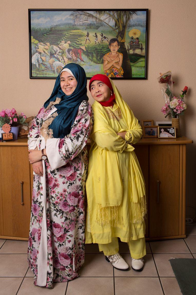 Fitria Jelyta en haar moeder Lily Noor Indahsari  Beeld Jorgen Caris