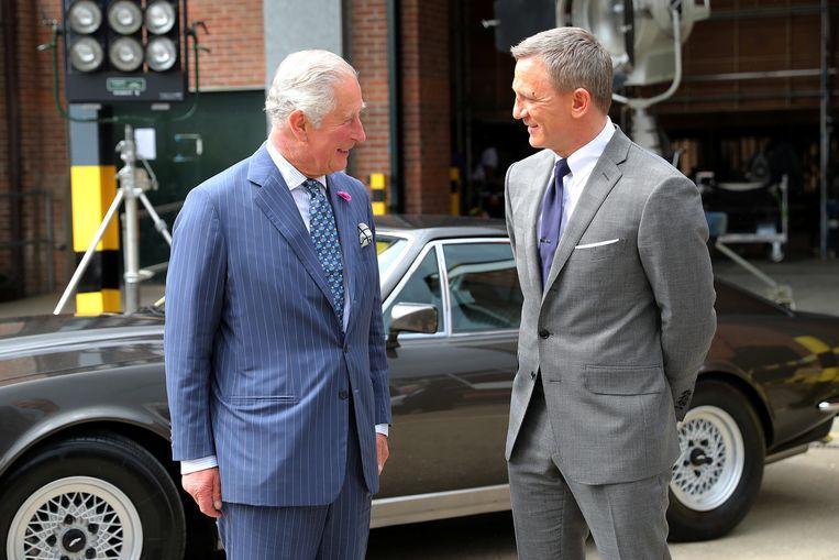 Prins Charles op de set van James Bond met Daniel Craig.