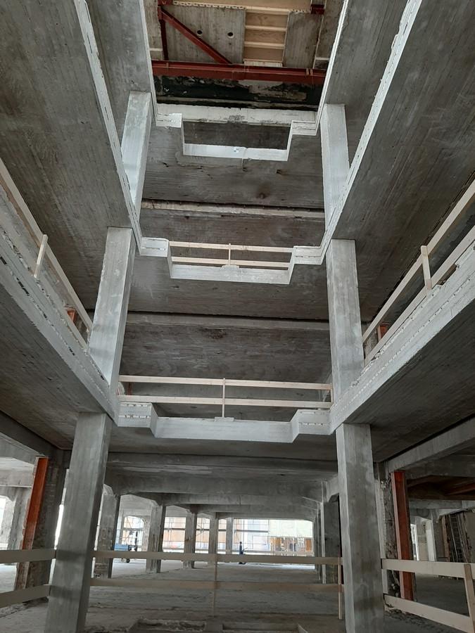 De plaats waar vroeger de roltrappen zaten in de voormalige V&D in Eindhoven. De vloeren hier worden dichtgemaakt. Even verderop in het gebouw komt een vide tot aan het dak die alle verdiepingen van daglicht moet voorzien.