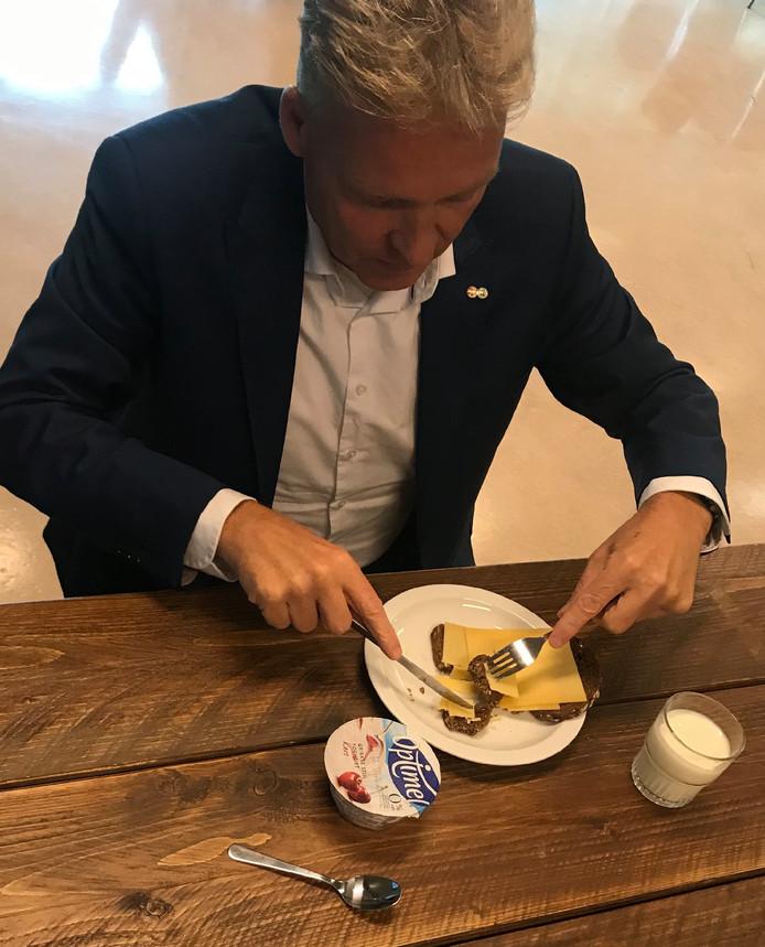 Burgemeester Buijs (Oosterhout) eet zijn ontbijt.
