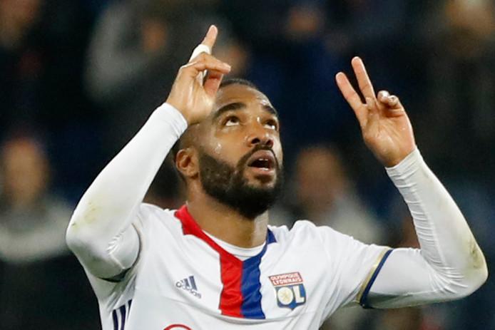 Lacazette viert een doelpunt voor Lyon tegen Ajax.
