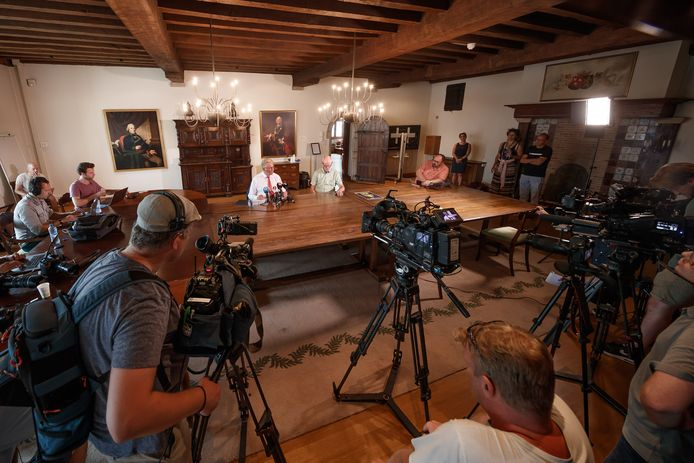 Burgemeester Frank Petter van Bergen op Zoom gaf gisteren een persconferentie rond het aantal coronabesmettingen.