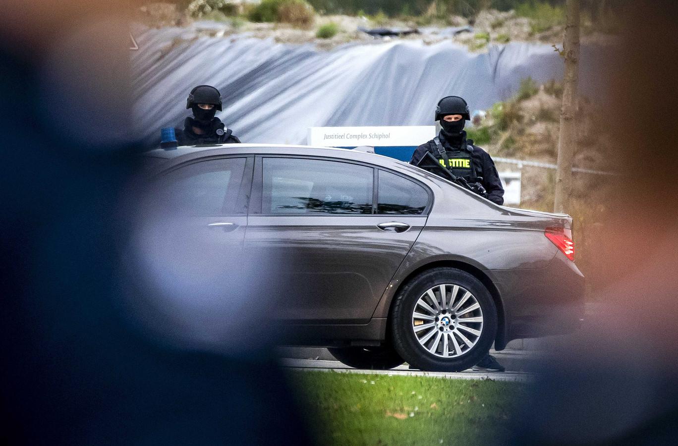 Politiebeveiliging bij de extra beveiligde rechtbank op Schiphol, waar de pro formazitting in de strafzaak Marengo plaatsvindt