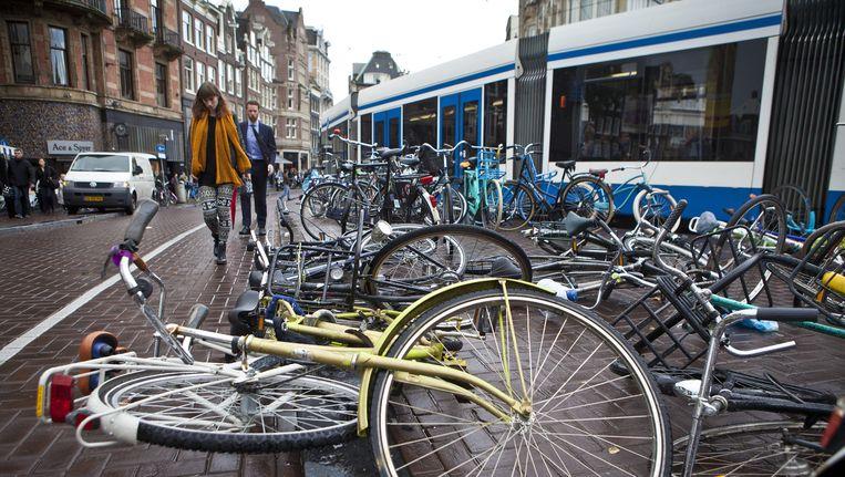 Omgevallen en slecht geparkeerde fietsen op het Koningsplein. 11 procent van de verkeersruimte in de binnenstad is voor fietsers. Beeld Floris Lok