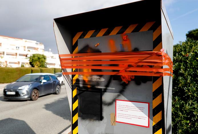 Een vernielde flitspaal in Nice.