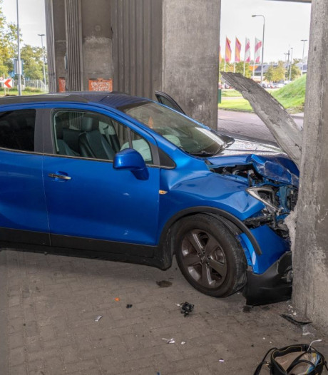 Auto botst tegen pilaar onder snelweg bij Alblasserdam