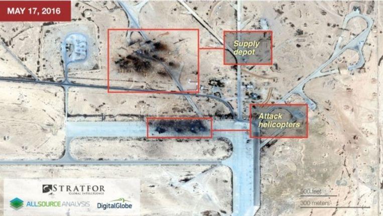 Sattelietbeeld van de vier uitgebrande helikopters en de getroffen bevoorradingspost. Beeld www.straftor.com