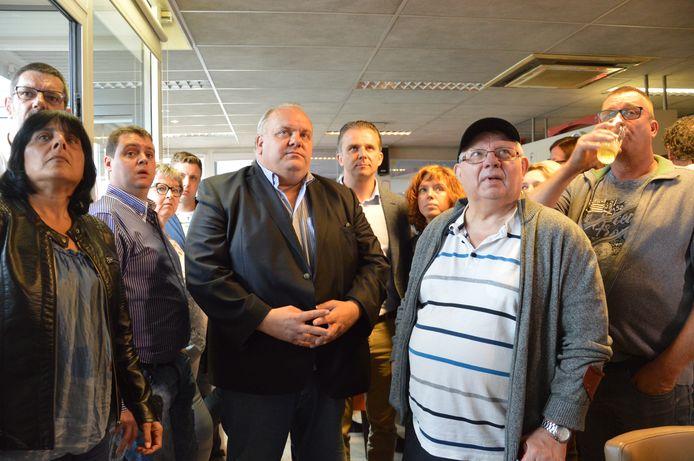 Guy D'haeseleer (Vlaams Belang) in Ninove terwijl de verkiezingsresultaten binnenstromen.