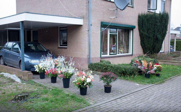 Na de explosie legden buurtbewoners bloemen neer bij het huis
