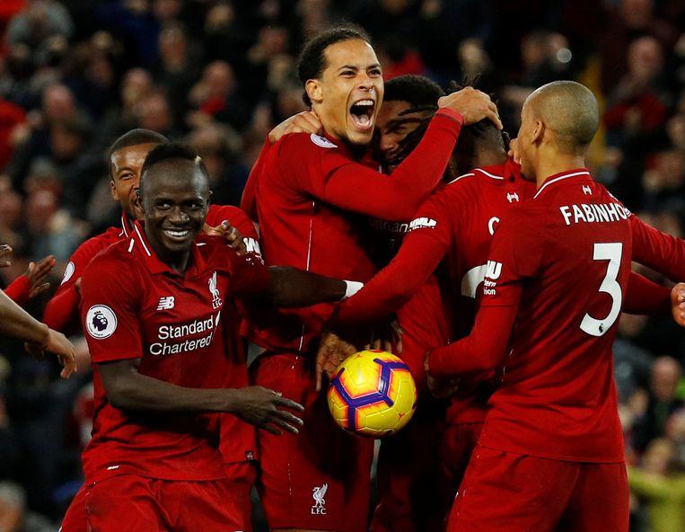 De Liverpool-spelers stormen op Origi af na zijn winnende treffer.