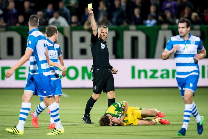 Scheidsrechter Bjorn Kuipers geeft de gele kaart aan PEC Zwolle speler Ted van de Pavert. Foto: ProShots