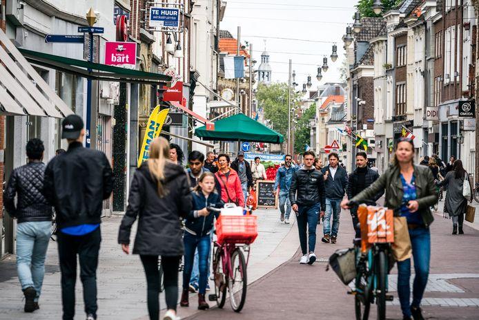 Winkelend publiek in het centrum van Den Bosch.