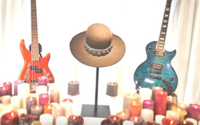 De bekende hoed van Waylon duikt ook op in de video.