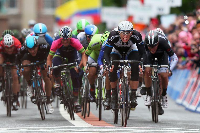 Een ontketende Marcel Kittel (Giant-Shimano) sprint zijn tegenstanders in de vernieling.