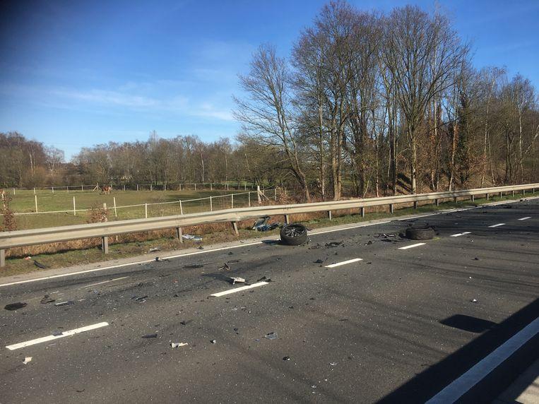 De rijbaan lag vol met brokstukken na het ongeval.