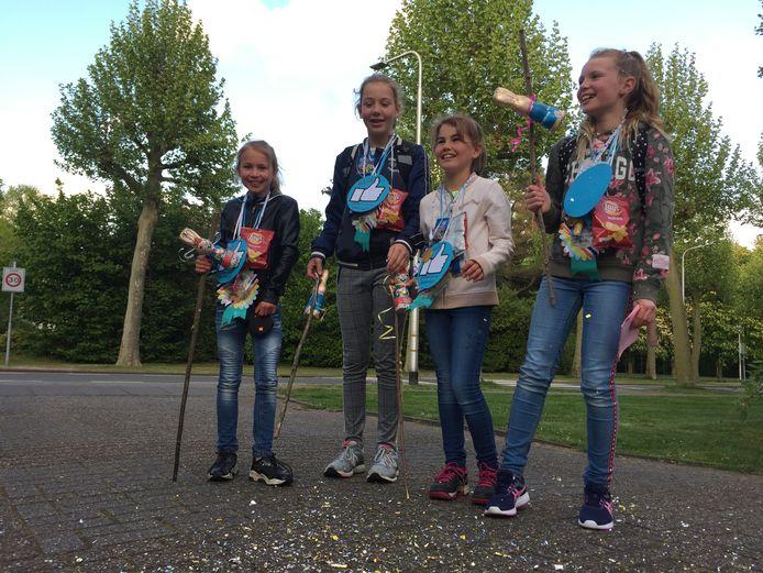 Kiek (9), Fleur (12), Sophie (9) en Suus (12) (vlnr) werden vrijdag onthaald op de laatste dag van hun alternatieve avondvierdaagse