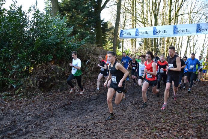 Start van korte cross over 3200 meter met latere winnaar Daan Dirks voorop. Paddy Herijgers (DJA) won deze afstand opnieuw overall bij de vrouwen.