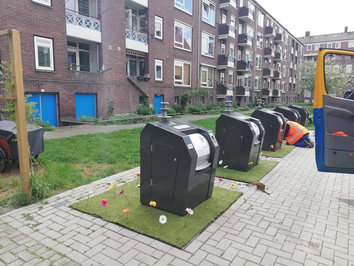 De bloemenveldjes worden aangelegd rondom de ondergrondse containers aan het Thomas à Kempisplantsoen.