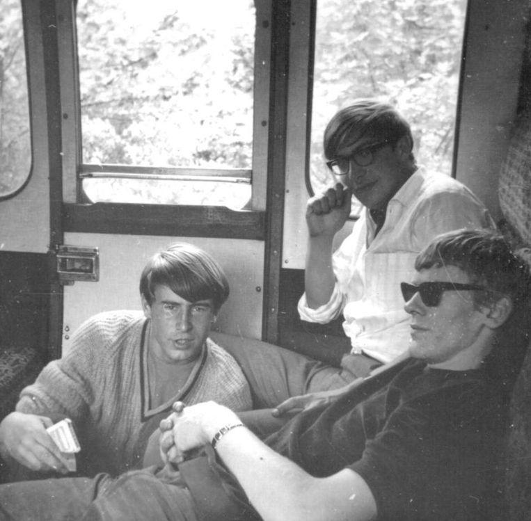 Van Liempt (midden) met vakantievrienden in een Engelse trein. Beeld de Volkskrant