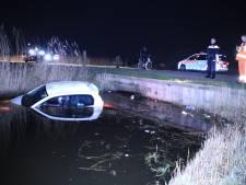 Handrem vergeten bij het chillen: man glijdt in Veenendaal met zijn auto het water in