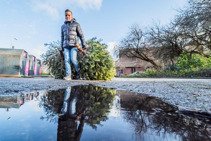 Kerstbomen inleveren voor een zakcentje op de Rivierenlaan  Namen van de kinderen staan in de filenaam