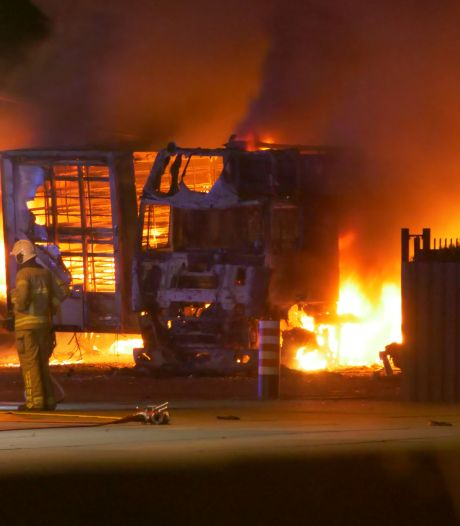 Meerdere vrachtwagens in vlammen op bij grote brand bij eendenslachterij in Ermelo