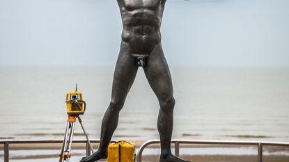 Griekse god met Chinees tintje op zeedijk