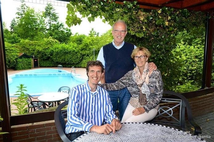 Jacob van Lindenberg junior met zijn vader Jacob senior en moeder Ina.
