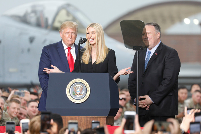 Ivanka Trump en plein discours en compagnie de son père, Donald