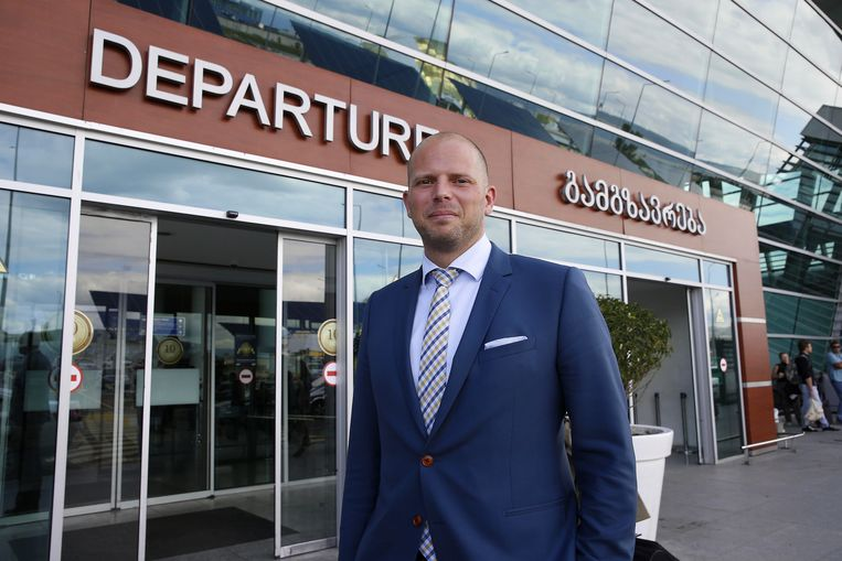 Staatssecretaris voor Asiel en Migratie Theo Francken op de luchthaven van Tbilisi in Georgia, waar hij op ontradingscampagne is.