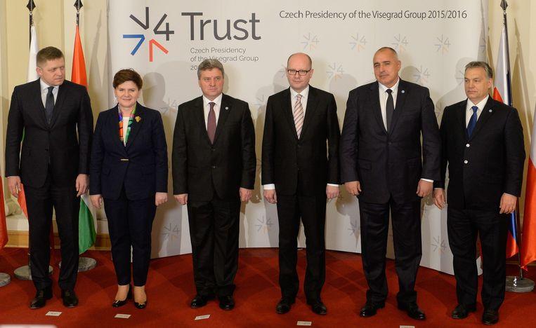 De premiers van Slowakije, Polen, Macedonië, Tsjechië, Bulgarije en Hongarije poseren voor een foto tijdens de minitop van de Visegrád-landen, maandag in Praag. Beeld epa