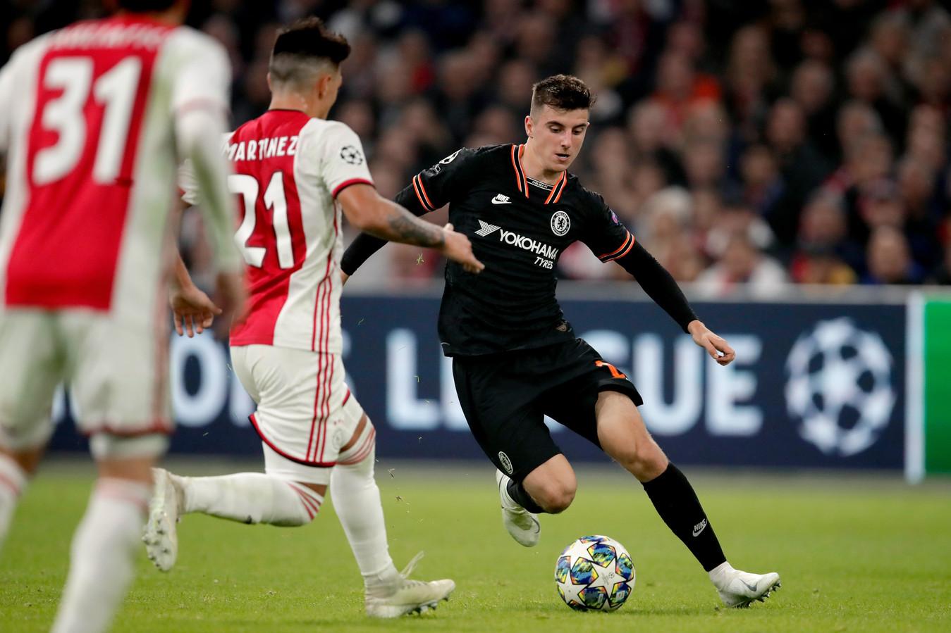 Lisandro Martines van Ajax in duel met Chelsea-speler Mason Mount.