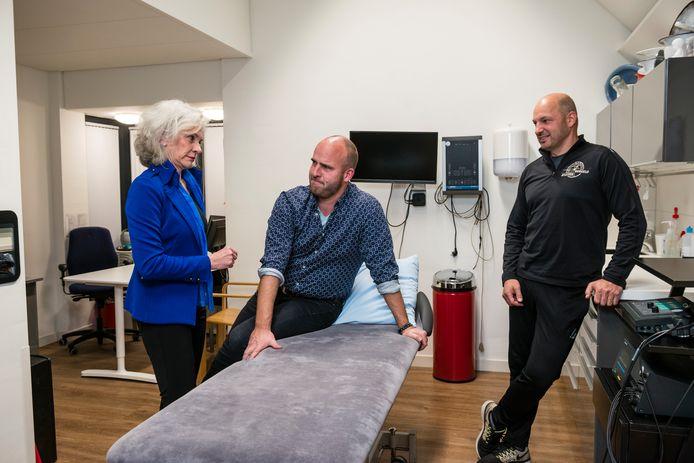 Fysiotherapeuten Marjan Rakers - Bergijk  (blauw) , Michiel Trouw  (zwart) en Mike Hilverink (shirt met motief) tekenen geen contract bij zorgverzekeraars CZ, De Friesland Zorgverzekeraar en Caresq.