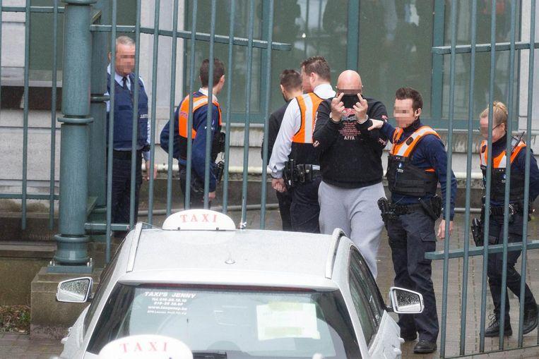 Gianluca P., niet verlegen om een duidelijk gebaar, werd gisteren per taxi van en naar de raadkamer gevoerd.