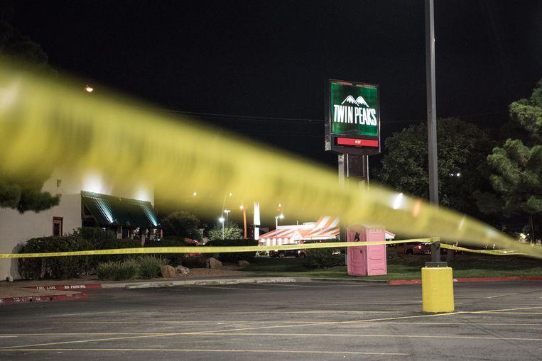 De politie heeft linten rondom een Twin Peaks-restaurant gezet nadat meerdere mensen werden beschoten.  Beeld Getty Images