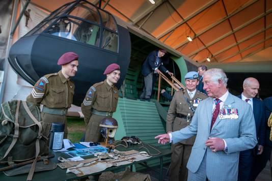 Prins Charles in gesprek met kenners van de Horsa tijdens de Airborne Herdenkingen in  Oosterbeek in september 2019.