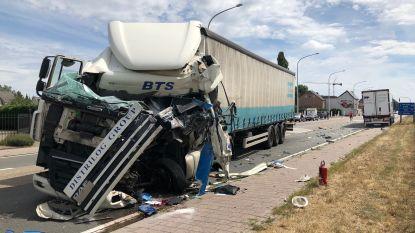 Trucker zwaargewond bij aanrijding tussen vrachtwagens in Waarloos