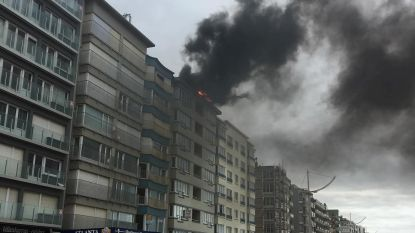 Dak van appartementsgebouw aan Zeedijk vat vuur door roofingwerken