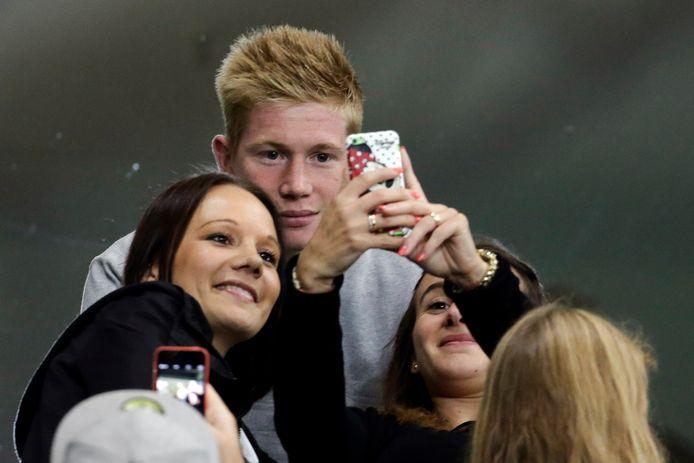 Vrijdagavond: het afscheid in Wolfsburg. Tijdens de thuismatch tegen Schalke maakte De Bruyne tijd voor selfies met de fans.