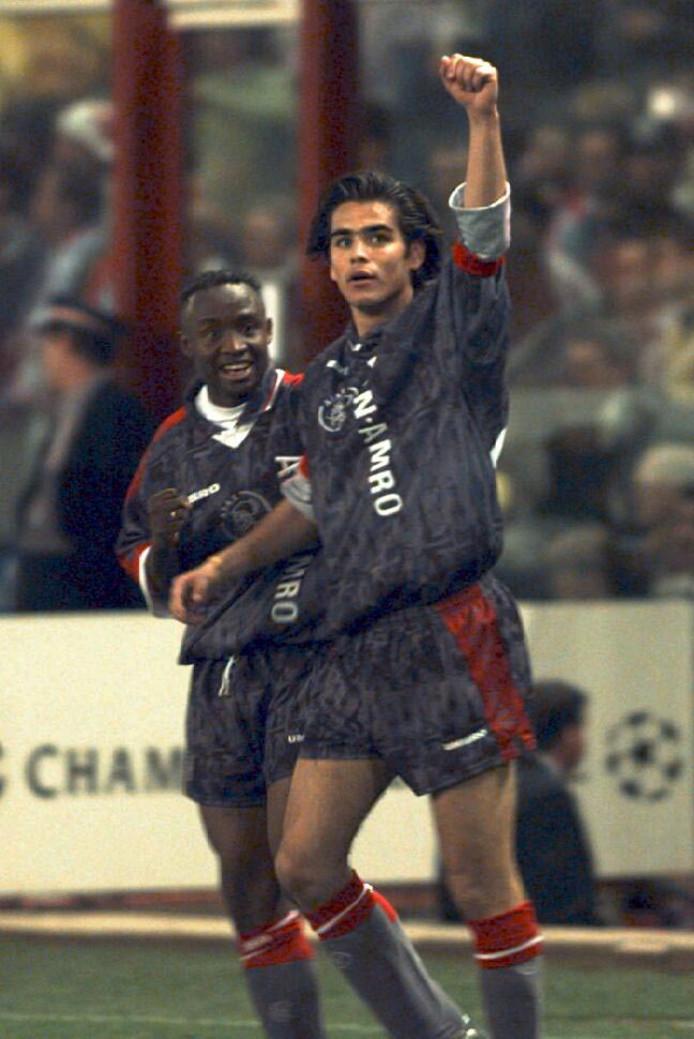 Dani (r) juicht met Tijani Babangida na zijn cruciale goal tegen Atlético Madrid in 1997. Na de 1-1 in Amsterdam werd de uitwedstrijd met 2-3 gewonnen.