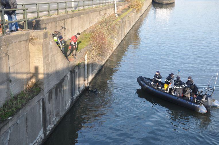 De Cel Vermiste Personen en de brandweer zochten met een radar naar grotere voorwerpen in het kanaal.