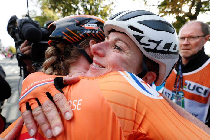 Annemiek van Vleuten viert haar overwinning met Anna van der Breggen tijdens de wegwedstrijd van de elite-vrouwen op het wereldkampioenschap wielrennen.