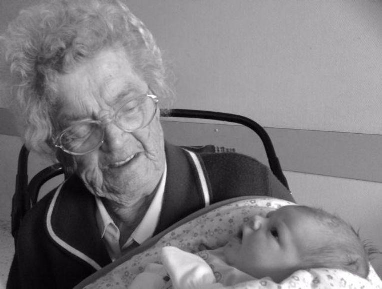 Deze foto van Netteken met achterachterkleinkind Benthe viel op de avond van haar overlijden nog in de prijzen.