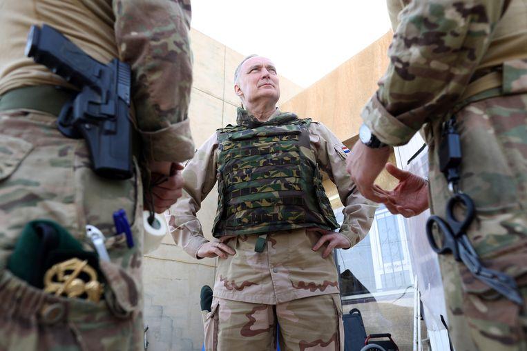Generaal Tom Middendorp op bezoek bij Nederlandse strijdkrachten Irak. Beeld ANP