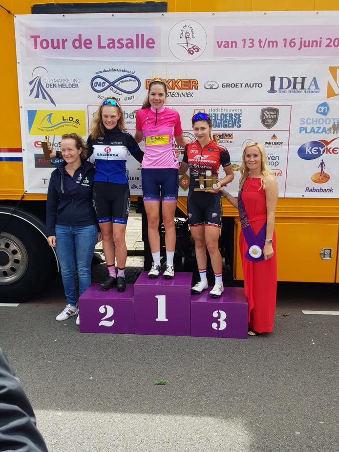 Maureen Arens in de roze leiderstrui op het hoogste treetje van het podium.