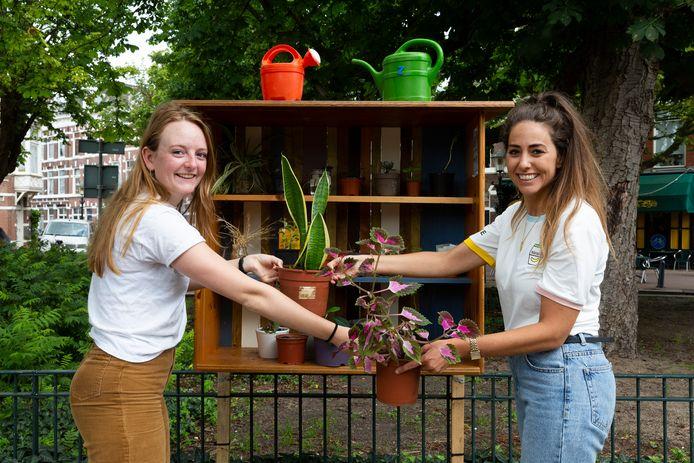 Op het Koningsplein is de eerste plantenbieb van Rachel van Duijn (r) en Astrid van der Hoek (l) geopend. De plantenbieb is een plek waar buurtbewoners stekjes en plantjes met elkaar kunnen ruilen of doorgeven.
