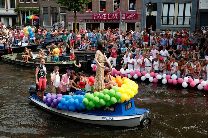 Een feestelijke boot met een look-a-like Conchita Wurst