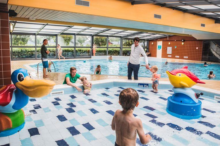 Social distancing in het zwembad van camping de Pekelinge in Zeeland.  Beeld Aurélie Geurts
