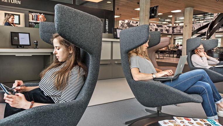 De vernieuwde universiteitsbibliotheek in Rotterdam: 200 duizend banden gingen de deur uit. Beeld Guus Dubbelman / de Volkskrant