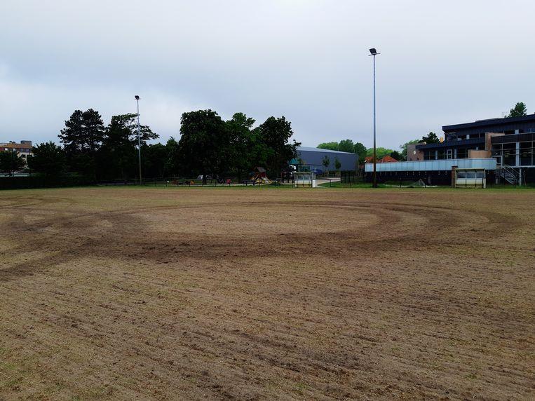 De bestuurder maakte enkele 'donuts' op het pas ingezaaide voetbalveld bij het Henri Houtsaegerstadion.